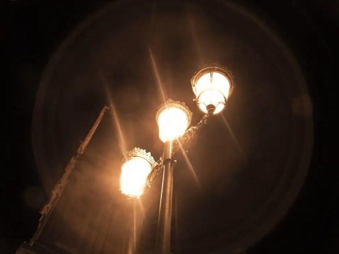 El halo de luz que emiten las farolas es la difraccion de esta fuente de energia
