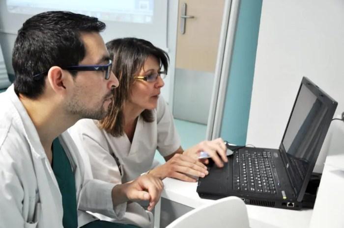 Los enfermeros estan continuamente informandose sobre las nuevas investigaciones y actualizaciones en el campo de la salud