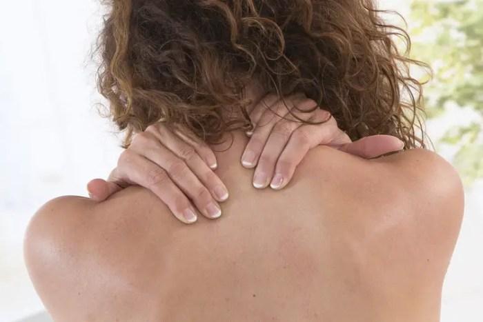 postura jorobada causas efectos recomendaciones