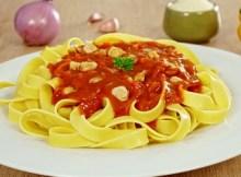 Cómo hacer fettuccini en salsa de pimiento rojo