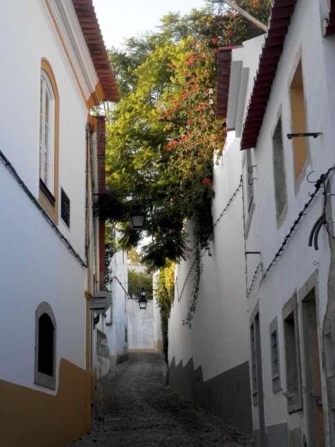 calle con encanto de evora portugal