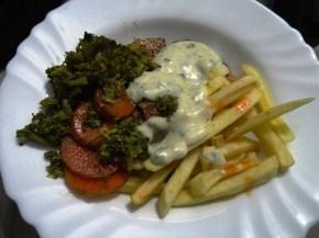 Filé de frango com molho de requeijão, cebolinha e pimenta, batatas fritas, brócolis e cenoura!