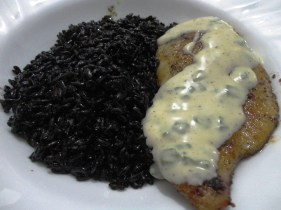Filé de frango com arroz preto