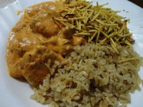 Strogonoff de frango com arroz integral e batata palha