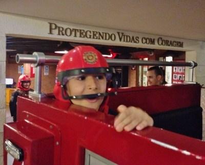 bombeiro-na-brincadeira-da-kidzania-crianca-em-sao-paulo-foto-nathalia-molina-comoviaja