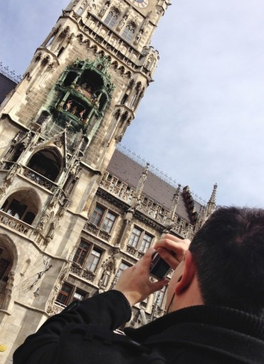 bonecos-na-torre-da-nova-prefeitura-de-munique-neues-rathaus-na-praca-marienplatz-alemanha-foto-nathalia-molina-comoviaja