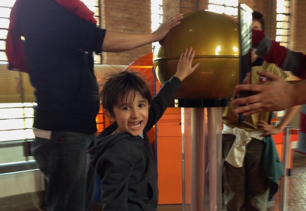 Cabelo-em-Pé-no-Catavento-Cultural-em-São-Paulo-Passeio-para-Criança-Foto-Nathalia-Molina-@ComoViaja