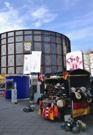 Checkpoint Charlie Berlim Artigos Sovieticos e Die Mauer Alemanha Viagem - Foto Nathalia Molina @ComoViaja