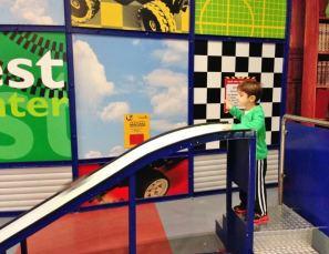 Legoland Berlim Crianca Carrinho Pistas - Foto Nathalia Molina @ComoViaja (1) (900x691)