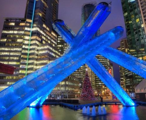 Iluminação na Jack Poole Plaza - Foto: Tourism Vancouver/Divulgação