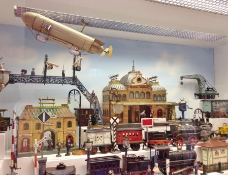 Munique Crianca Museu de Brinquedos Marienplatz Alemanha Viagem - Foto Nathalia Molina @ComoViaja (800x615)