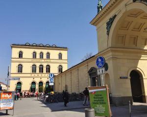 munique-entrada-do-hofgarten-na-odeonplatz-palacio-residenz-alemanha-foto-nathalia-molina-comoviaja