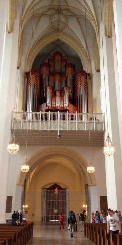 munique-na-alemanha-entrada-da-frauenkirche-igreja-catedral-foto-nathalia-molina-comoviaja