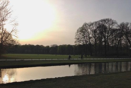 parque-na-alemanha-em-munique-englischer-garten-jardim-ingles-foto-nathalia-molina-comoviaja