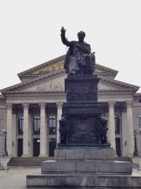 rei-maximilian-joseph-i-em-munique-estatua-na-praca-em-frente-ao-residenz-e-ao-nationaltheater-alemanha-foto-nathalia-molina-comoviaja