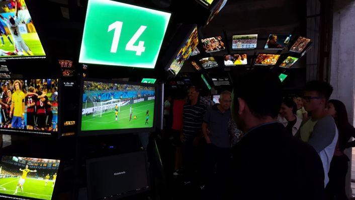 torcedor-vendo-gols-de-brasil-1x7-alemanha-copa-do-mundo-de-2014-museu-do-futebol-em-sao-paulo-foto-fernando-victorino-comoviaja