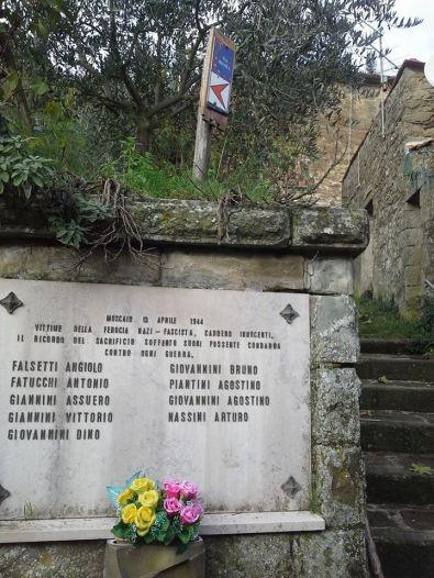 Il Moscaio è un gruppo di poche case, ma anche qui ci fu un eccidio nazista. Nove persone furono uccise, nell'aprile 1944. Senza retorica, non dobbiamo dimenticare. E camminando incontriamo memorie, è uno dei valori del camminare (passando in auto, chi lo nota?)
