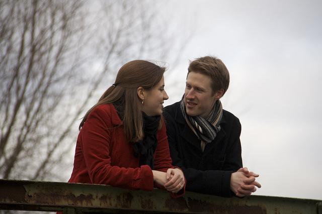 Couple heureux sur un pont