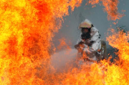Pompier qui combat le feu