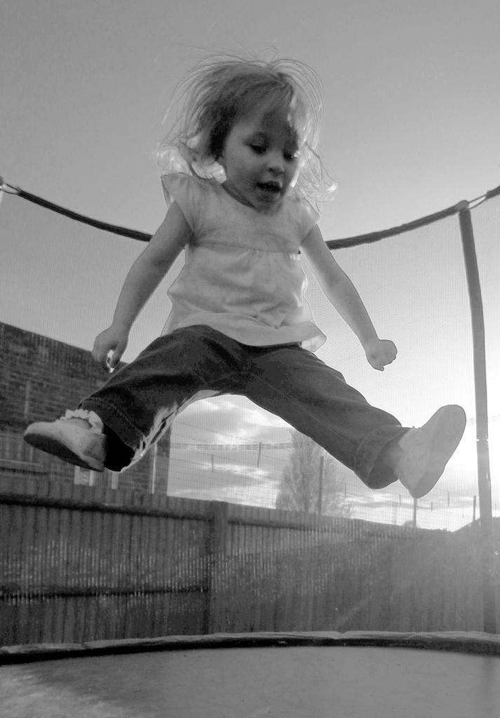 Ella trampoline black and white
