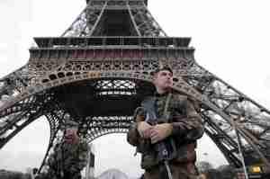 Stan wyjątkowy wciąż trwa, a ulice Paryża patrolują uzbrojeni żołnierze.