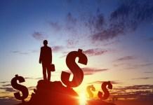 Znaki dolara na tle zachodzącego słońca
