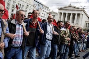 Członkowie komunistycznego związku PAME głośno protestują przeciwko nowym reformom greckiego parlamentu. | źródło: www.reuters.com