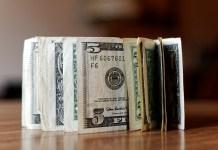 Zwitek banknotów dolara amerykańskiego (USD)