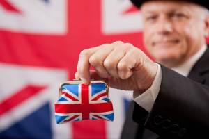 Mężczyzna trzymający w ręce torebkę z flagą UK