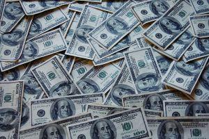 Stos banknotów dolarowych