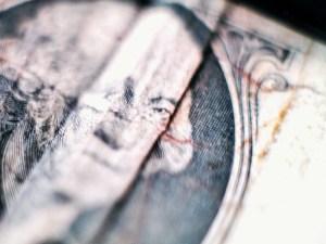 Kursy walut. Dolar umacnia się na szerokim rynku, funt również zyskuje