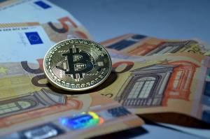 Bitcoin przedłużył straty i spadł o ponad 8 proc. Risk off na początku tygodnia