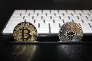 Kryptowaluty w korekcie. Bitcoin i ether tracą ponad 4% przez silnego dolara