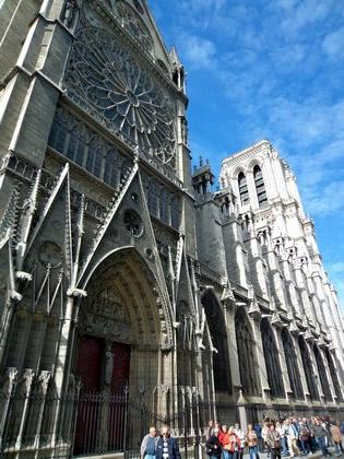 Fila para subir em uma das torres de Notre Dame