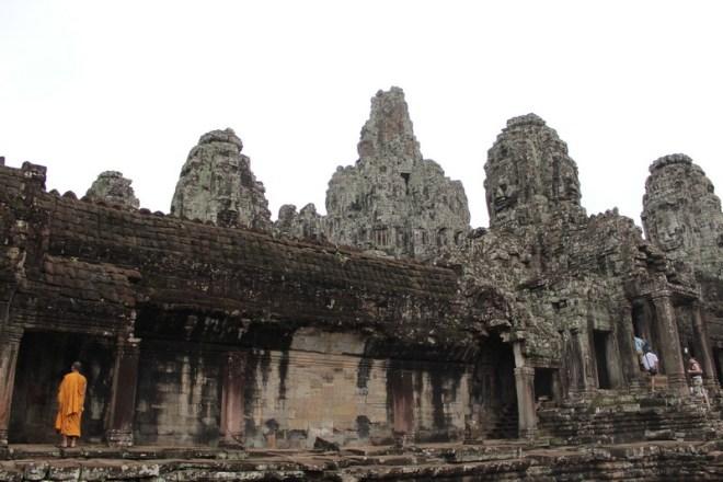 Monge budista passeia pelo templo Bayron