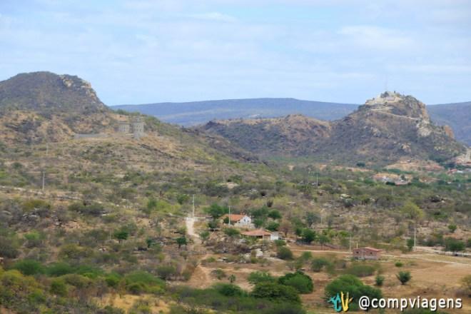Castelo de Bivar (esquerda), sítio Xique-xique no centro e Monte do Galo (direita)