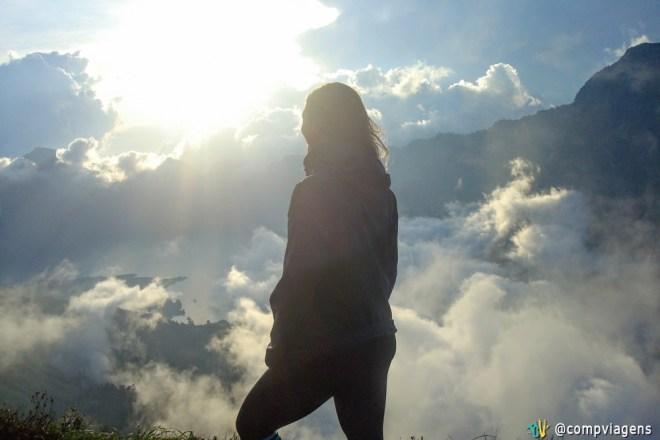 O bonito cenário do acampamento base acima das nuvens com o lago e o pôr do sol, primeiro dia