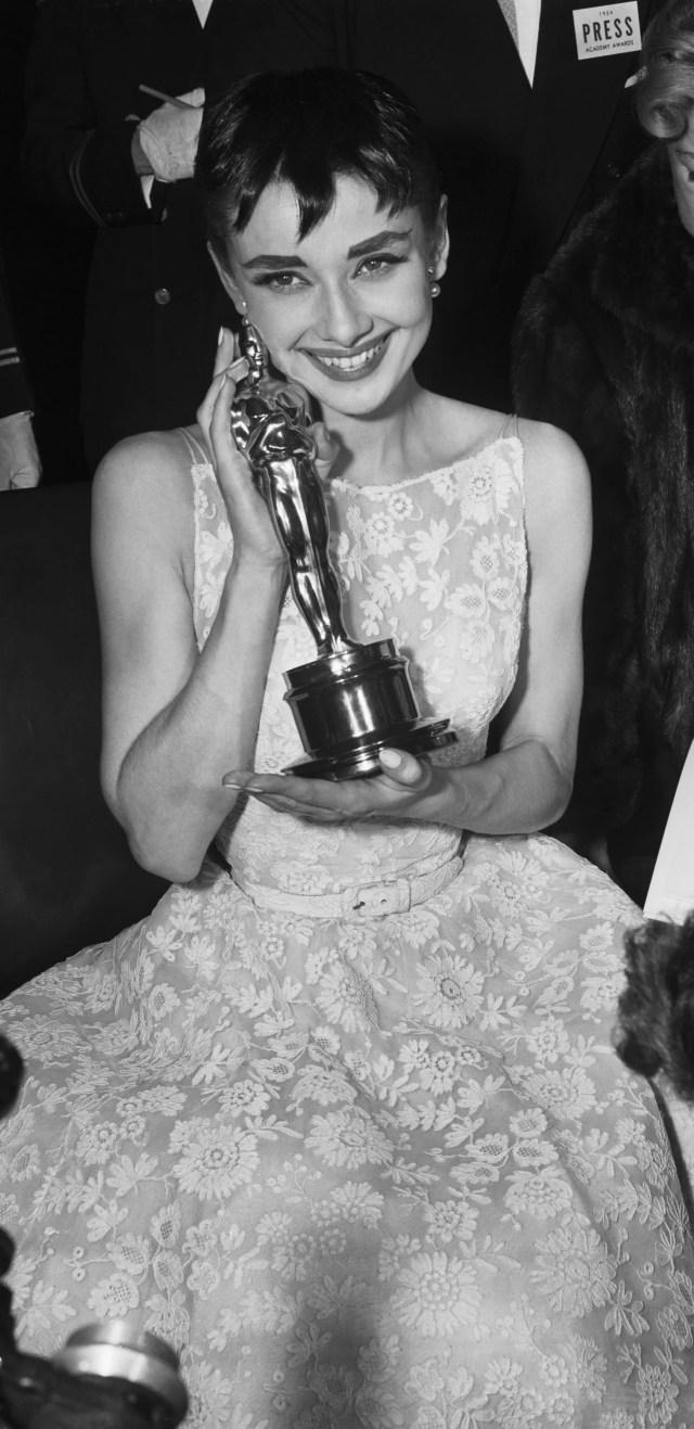 """Audrey Hepburn riceve l'Oscar come """"Miglior Attrice"""" per il suo ruolo in Vacanze Romane"""