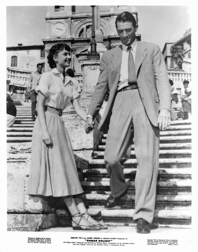 Audrey Hepburn mano nella mano con Gregory Peck in una scena del film Vacanze Romane, 1953