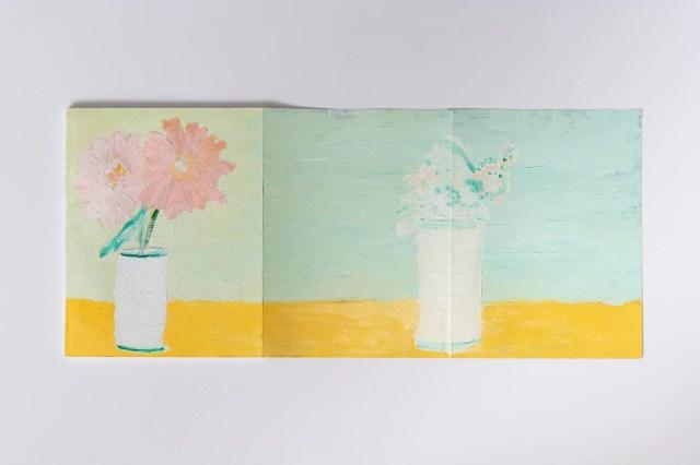 Vincenzo Simone (interno) Vaso di fiori olio su copertina, 2020 Courtesy l'artista