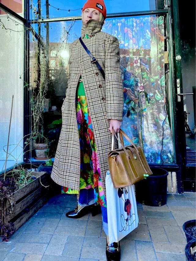 «Rikke Kjaer è una casting director e Melanie Buchhave una stylist. Ho scelto i soggetti di questo shooting su base personale. Ritratte all'aperto, in una giornata di sole, sono entrambe danesi e due mie care amiche di lunga data che riflettono il giusto equilibrio tra funzionalità, comfort e stile individuale che rappresenta, dal mio punto di vista, l'imperativo caratteristico della moda di questo preciso e strano momento storico». CAPPOTTO IN PRINCIPE DI GALLES E ABITO PLISSÉ IN TWILL DI SETA CON STAMPA KEN SCOTT (KEN SCOTT È UN MARCHIO MANTERO), MOCASSINI DI PELLE CON MORSETTO. TUTTO, GUCCI.