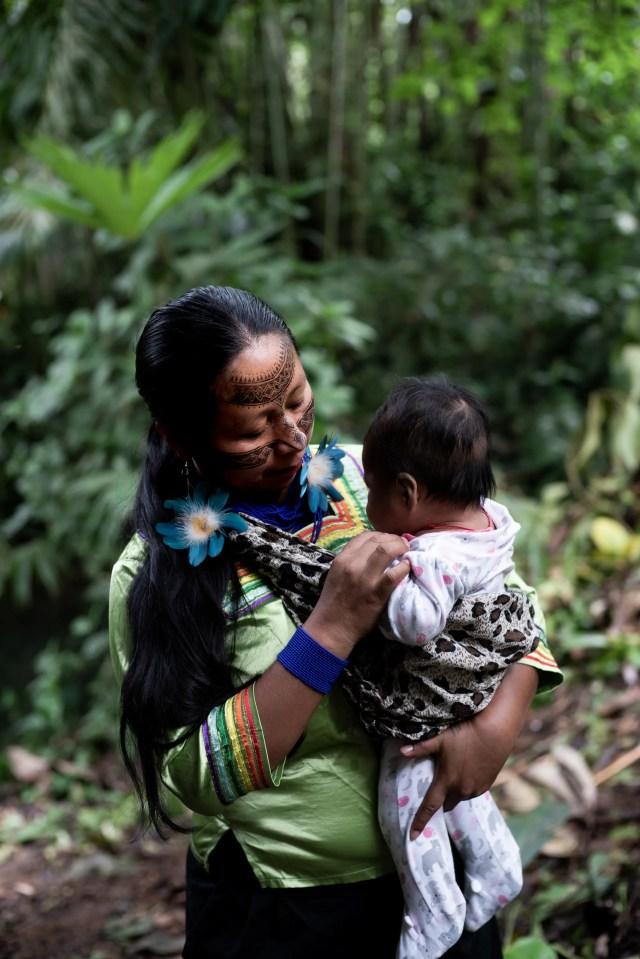 Lineth Calapucha, 36 anni, da Shiwakucha, vice presidente di Kichwa nation of Pastaza, Ecuador, e membro di Mujeres Amazonicas con il suo bimbo di 4 mesi