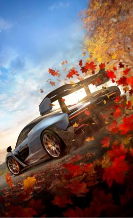 Forza Horizon 4, un auto McLaren corre por unas hojas