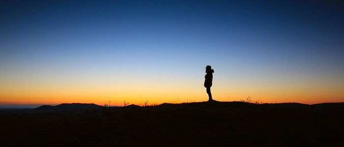 Living An EFigure out what you really want in 5 minutesxtraordinary Life_Man Standing alone at sunset