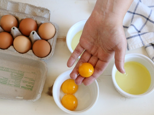 How to separate eggs (with a video!) from completelydelicious.com