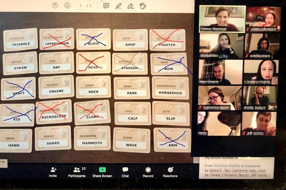 Une photo d'un écran d'ordinateur portable avec une vidéoconférence Zoom, le plus grand carré avec des cartes conçues pour le jeu Codenames et les petits carrés avec les visages des joueurs.
