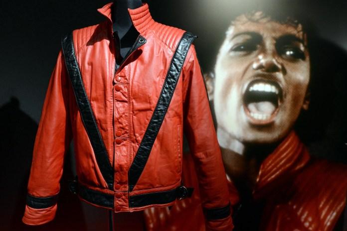"""La chaqueta de estilo 'Thriller' de la estrella del pop estadounidense Michael Jackson (L) se muestra al lado de una foto de él durante la vista previa de la prensa de 'La colección de Tompkins y Bush: Michael Jackson' en Tokio el 17 de octubre de 2012. Más de 100 artículos de moda. La última estrella del pop estadounidense Michael Jackson está en exhibición en la exposición que se realizará del 18 de octubre al 12 de noviembre. AFP FOTO / TOSHIFUMI KITAMURA (El crédito de la foto debe leerse a TOSHIFUMI KITAMURA / AFP / Getty Images) """"srcset ="""" https://compote.slate.com/images/b2ae1946-808c-4da6-a5e6-2e7d1bd7dec8.jpeg?jp?jid?widthjew 520 & rect = 3688x2459 & offset = 0x0 1x, https://compote.slate.com/images/b2ae1946-808c-4da6-a5e6-2e7d1bd7dec8.jpeg?width=780&height=520&rect=3688x2459&offset=0x0 2x"""