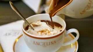 Paris é o verdadeiro paraíso para os amantes do chocolate. Não deixe de visitar um dos lugares mais tradicionais que servem essa maravilha, a pastelaria Angelina.