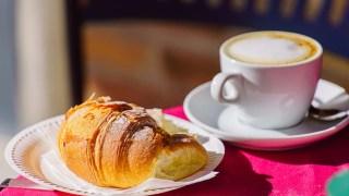 Em Paris, você não pode deixar de provar o típico croissant de chocolate, é divino!