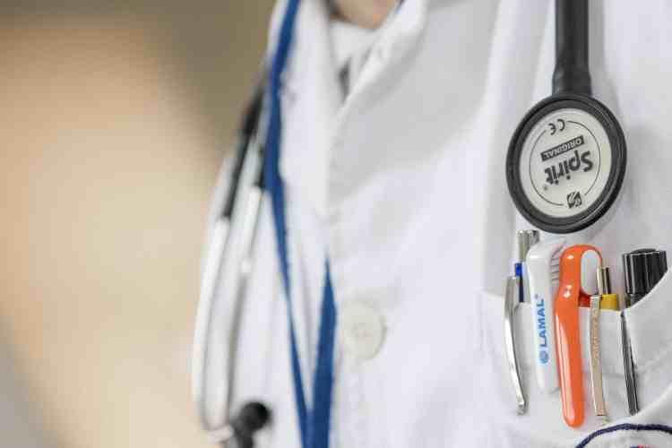 Les pratiquants de l'hydrotomie percutanée sont des professionnels de santé.